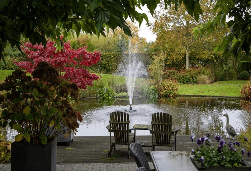Озеро с фонтаном на даче