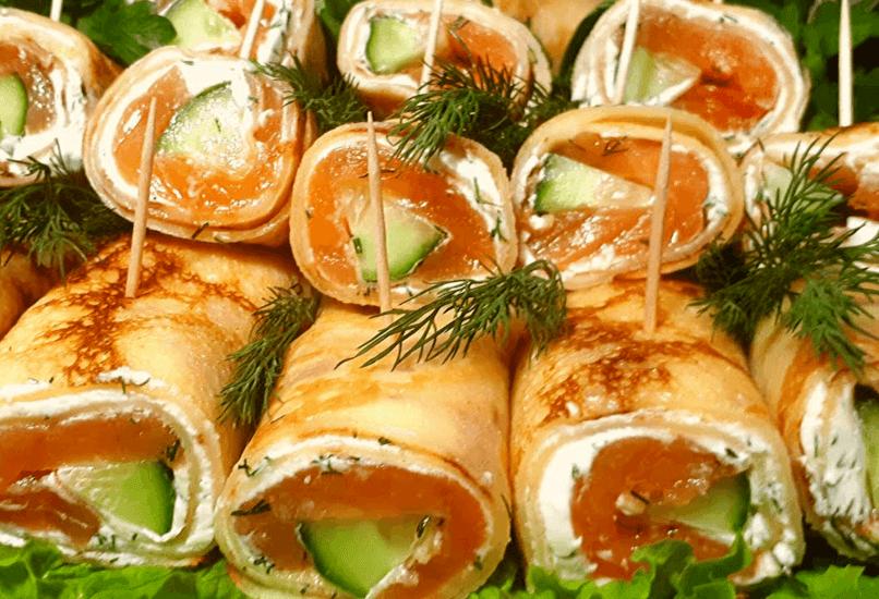 Рулетики с лососем, авокадо и творожным сыром