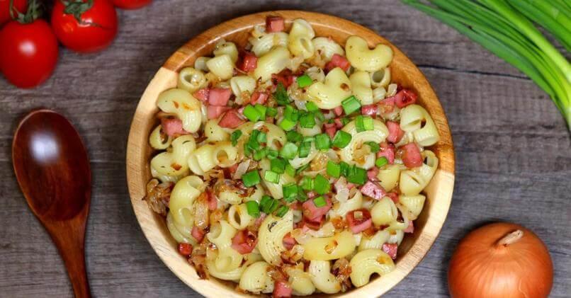 Макароны с колбасой на сковороде