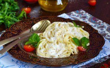 Макароны с сыром и сливками на сковороде