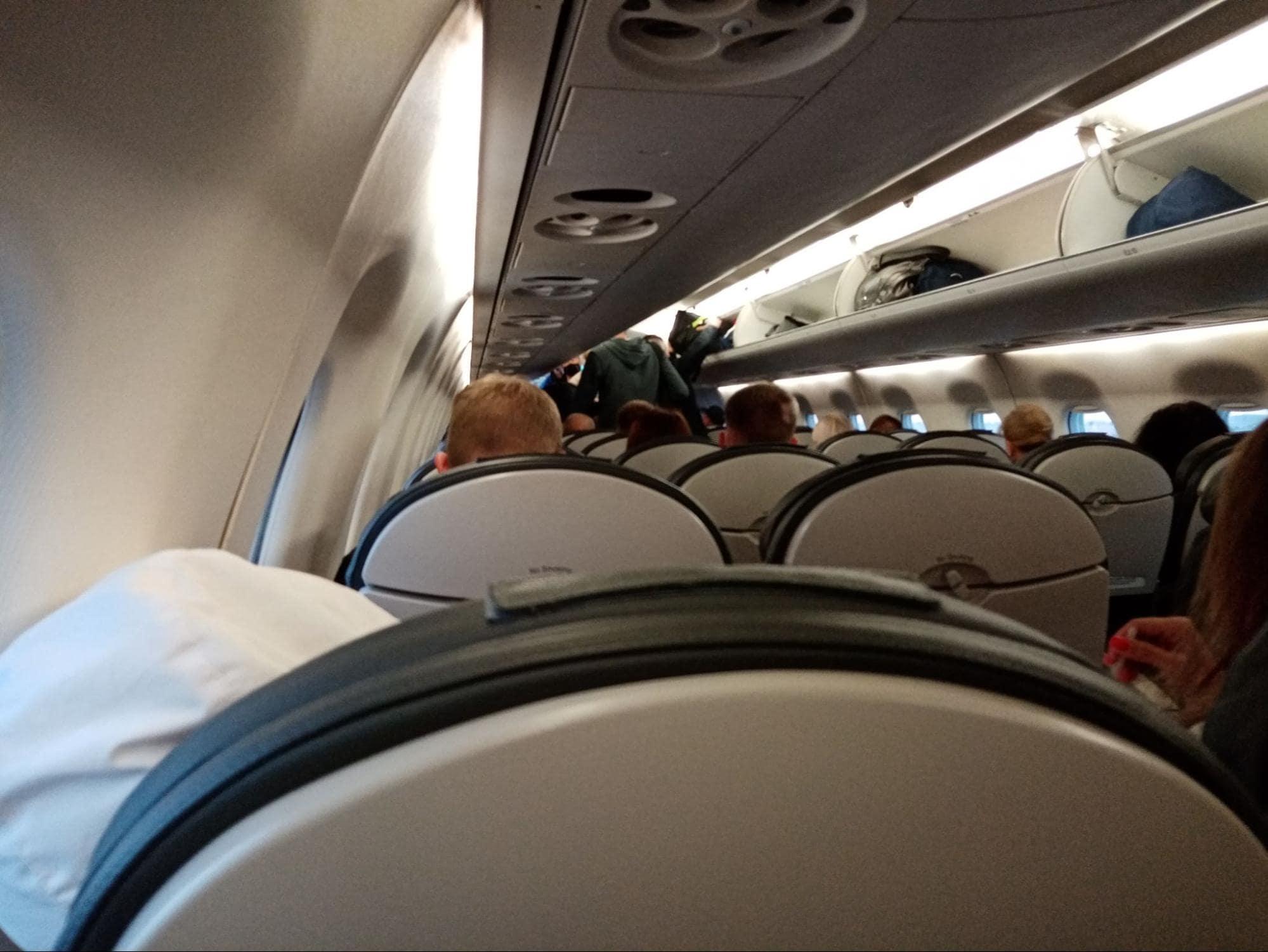 Люди садятся в самолет